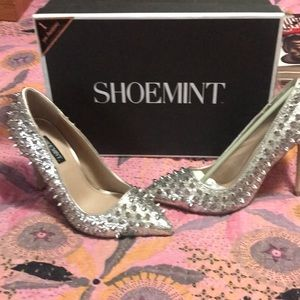 Shoe mint silver spiked pumps